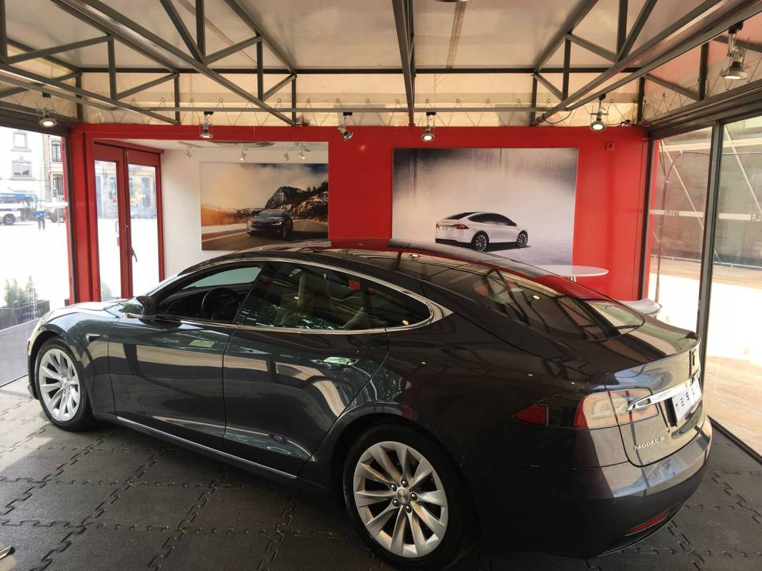 Conduza um Tesla Model S na Pop-up Store Tesla do Porto