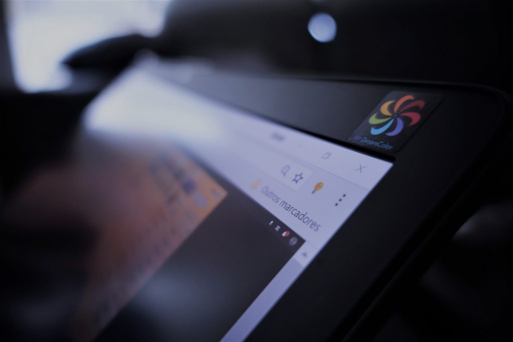 O ecrã 4K DreamColor apresenta calibração profissional e excelente legibilidade no exterior.